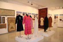Kadın kıyafetlerinin sergilendiği bölümden  genel bir görünüm