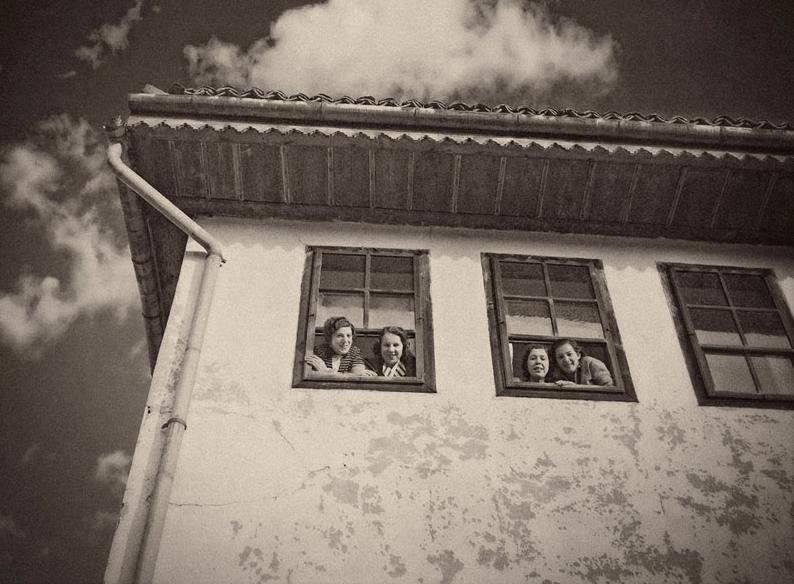 Alija M. Akšamija: Girls at the window, Sarajevo, 1939. Mehmed A. Akšamija Photo Collection