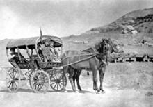 Hattuşa kazıları için Ankara'ya kadar trenle gelen ekip, yolun geri kalan kısmını at sırtında ve at arabalarıyla aşmaya çalışıyor (1907)