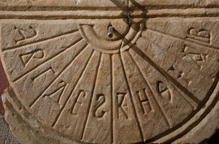 Bizans dönemi mermer güneş saati. İstanbul Arkeoloji Müzeleri