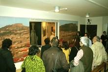 Nihat Tekdemir sergi ziyaretçilerini Frig Uygarlığı hakkında bilgilendiriyor