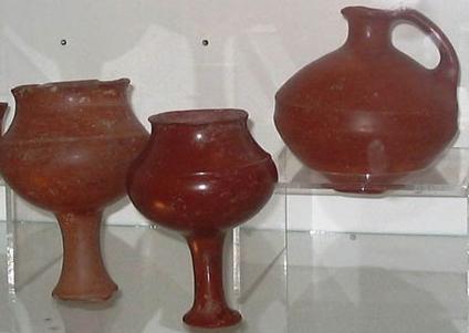 MÖ 8. yüzyıla tarihlenen, kırmızı hamurlu Urartu içki kapları.