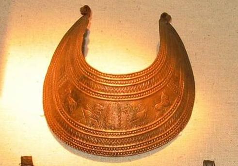 Urartu Krallığı'na ait kale ve gömütlerde yapılan kazılarda ele geçirilen pektoraller. Yarım ay biçimli pektoraller boyun takısı olarak kullanılırdı.