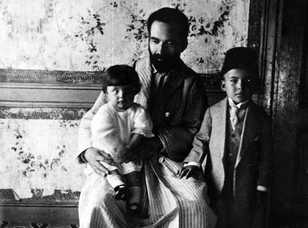 Altı yaşındayken babası Mehmet Necati Bey'in yanında, kardeşi Sabahat'le, 1922.