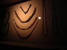 Urartu takılarının sergilendiği vitrinden bir görünüm