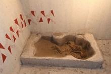 Sergi içinde, ölü gömme geleneğini gösteren bir uygulama
