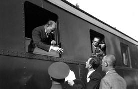 Mustafa Kemal, Bozüyük İstasyonu'ndan İstanbul'a hareket etmeden önce, İhtiyat Süvari Zabiti Nafiz Bey'in kendisine takdim ettiği dilekçeyi alıyor.