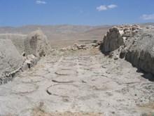 Urartu kalesinde  yiyecek ic¸ecek deposu ve tahıl ambarı olarak kullanılan mekan