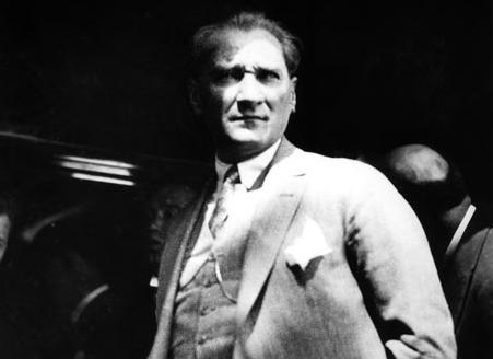 6 Ağustos Salı sabahı Mustafa Kemal, Haydarpaşa Garı'nda kendisini karşılayan İstanbulluları izliyor.