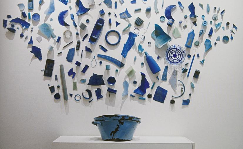 Tony Cragg Chose Your Colours Carefully [Bowl] 1981, 140 adet mavi plastik parçadan ve emaye metal kâseden oluşan duvar enstalasyonu, 160 x 220 cm