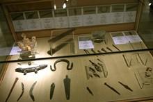 Vitrin içinde Frig bronz eserleri