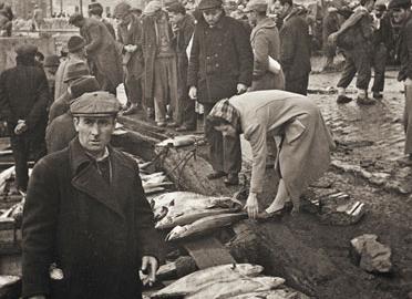 Namık Görgüç/Selahattin Giz: Yeni Cami'nin yanında balıkçılar, İstanbul.  Yapı Kredi Tarih Arşivi
