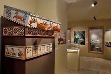 Lidya evlerinin alınlık ve cephesini süsleyen kaplama levhalarını gösteren deneysel arkeoloji çalışmasından bir görünüm