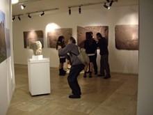 Prof. Dr. Dietrich BERND Kibele heykel başını fotoğraflıyor. Arka planda Nihat Tekdemir öğrencileri Frigler hakkında bilgilendiriyor