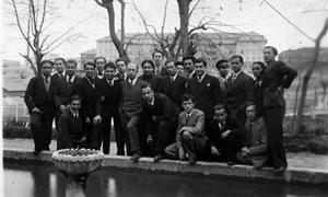 Resimde üstte sağdan üçüncü Oktay Rifat, arkada ortada Orhan Veli , Ankara Erkek Lisesi.