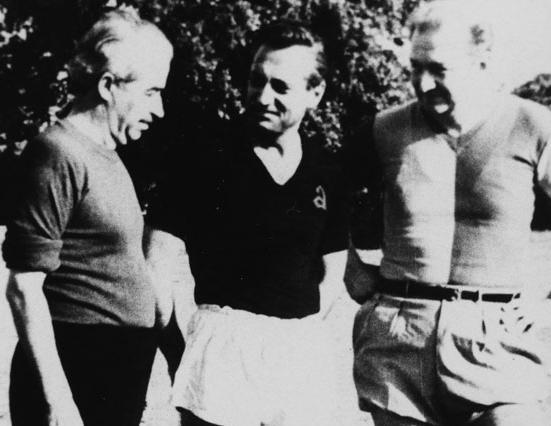 Keşanlı Ali ile Edebiyatçılar Derneği Takımları futbol maçı. Ortada Hakem Halit Kıvanç, sağında takım kaptanları Orhan Kemal, solunda ise Haldun Taner. 1964 Altunizade.