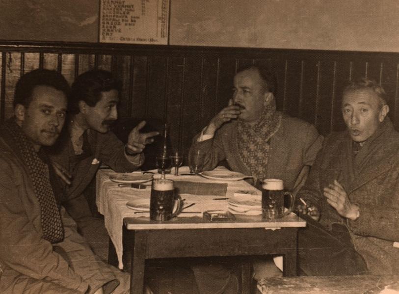 (Sağdan) Sait Faik, Fikret Ürgüp, Özdemir Asaf ve sanat tarihçisi Gültekin Elibal, Beyoğlu Anadolu Birahanesi 1954.