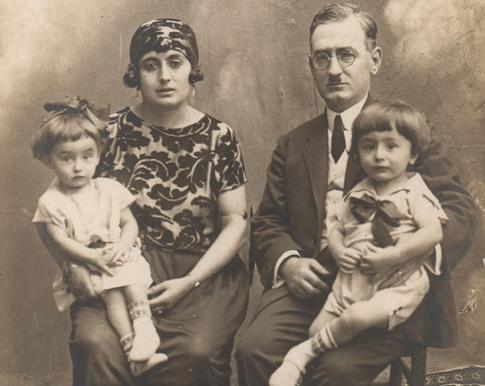 Asaf ailesi: Mehmet, Hamdiye ve ikizleri Özgönül ile Özdemir, 1926.