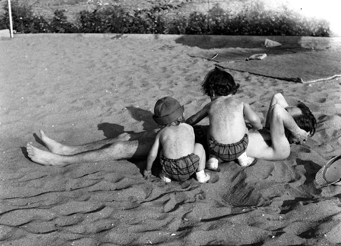 Gün ile Olgun babalarını kuma gömerken. İstanbul 1965. Fotoğraf: Yıldız Moran