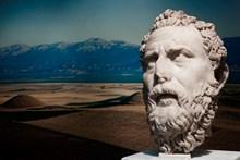 Sardeis kazılarında ele geçmiş heykel başı. Arka planda Bintepe Tümülüsleri