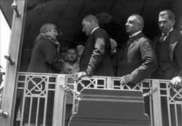 Mustafa Kemal, 5 Haziran 1928 Salı günü Ankara'dan özel bir trenle ikinci kez İstanbul'a geldi. Mustafa Kemal özeli vagonda refakatindekilerle sohbet etti.