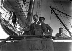 Mustafa Kemal, 14 Eylül Cuma günü Kabataş açıklarında bekleyen İzmir Vapuru'nun güvertesinden kendisini uğurlayanlara veda ediyor.