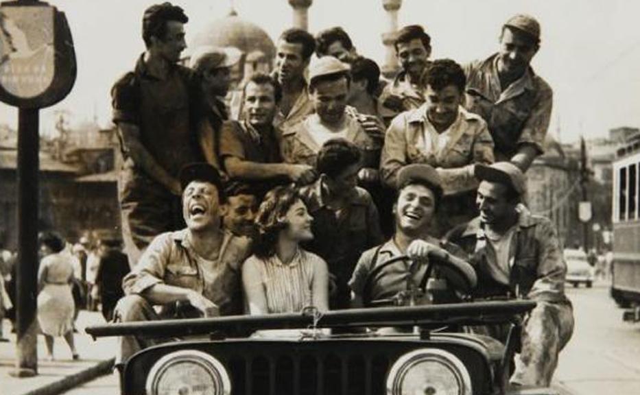 Dörtduvar Ahmet (Münir Özkul), Gül (Nilüfer Aydan) ve Bülbül Zeki, tıklım tıklım dolu araba yüzünden trafik polisinden ceza yemeden biraz evvel. (Altın Kafes, 1958)