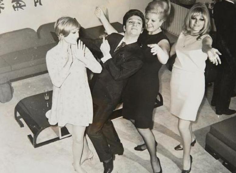 Dancing at his birthday party with Semiramis Pekkan, Neriman Köksal and Ajda Pekkan