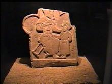 Konya Eski Rum Mezarlığı'ndan insan figürlü mermer mezar taşı. 13. Yüzyıl sonu., Konya İnce Minareli Medrese Taş Eserler Müzesi