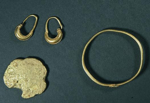 """İstanbul Arkeoloji Müzelerinde yer alan """"C hazinesi""""nden küpeler, altın külçeler ve bilezik"""