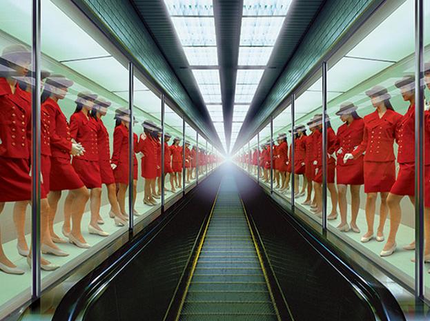 Miwa Yanagi - Asansörcü Kız Evi 1F: 1997, direkt baskı, 2 bölüm, 240x200 cm. Bu seri başlangıçta bir cam kutuda çalışan genç  kız hakkında bir performanstı. Yanagi, mesajını yaymak için sert fotoğraflara yöneldi.