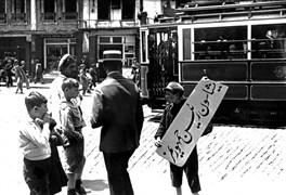 """1 Temmuz 1927'de Mustafa Kemal'in İstanbul'a gelişi için şehirde hazırlıklar yapılıyordu. Haziran ayının son günlerinde Bahçekapı tramvay durağı önünde küçük bir İstanbullu """"Yaşasın Reisicumhurumuz"""" yazılı afişi böyle taşıdı."""