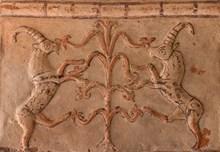 Hayat ağacından beslenen keçi motifli Frig kaplama levhası