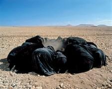 Shirin Neshat - Pasaj: 2001, renkli ve ses enstalasyonu, 11:30 dakika, değişken boyutlar. Erkek ve kadın grupları ölümle yüz yüze kalınca birleşir.