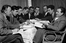 Genç edebiyatçılar dönemin edebiyat mahfillerinden Asmalımesçit'teki Elit Kahvesi'ndeler, 31 Aralık 1946, Salı. Sait Faik, B. Necatigil, Naim Tirali, Salâh Birsel, İskender Fikret Akdora, Oktay Akbal, Cemil Meriç, Kenan Harun, Fahir Onger.