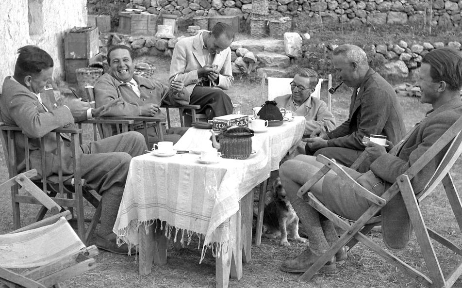 Kazıdan sonra çay keyfi. Solda Kurt Bittel, sağda mimar Rudolf Naumann (1939)