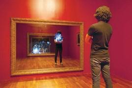 Lee Yongbeak - Kırık Ayna: 2011, video enstalasyonu, 42 inç ekranlar, ayna ve stereo hoparlörler, 250x183.5x8.5 cm. Lee'nin sergisini gezenler aynalar aniden kırıldığı için saldırıya uğradıklarını sandılar.