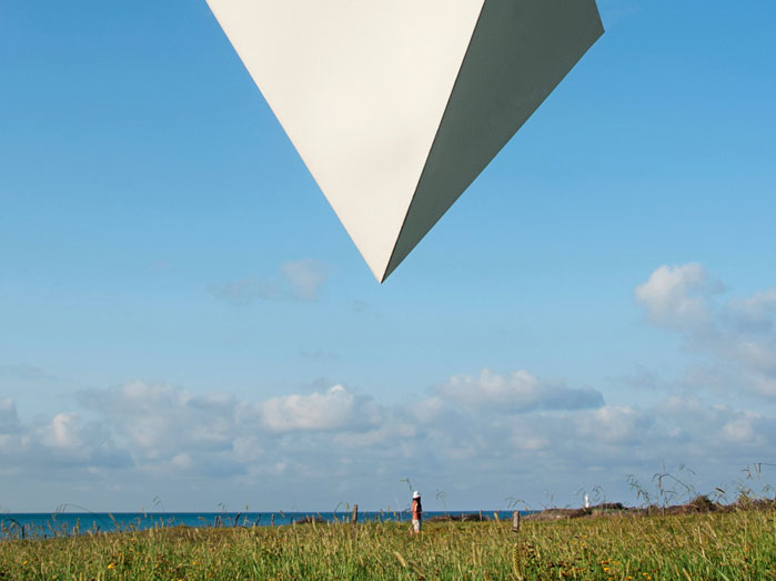 Alper Aydın (1989-) Beyaz Piramit/White Pyramid, Yason Burnu Cape Jason, 2012, fotoğraf. Banka koleksiyonunda bulunan bu genç sanatçı 15. İstanbul Bienali'nde yer alan 6 Türk sanatçıdan birisidir.
