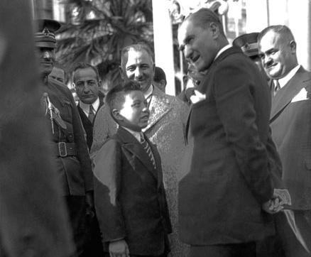Mustafa Kemal, 19 Eylül Cuma günü Dolmabahçe Sarayı'nın rıhtımından hareket etmek üzere kendisini uğurlamak için bekleyenlerin arasında bulunan manevi oğlu Sığırtmaç Mustafa ve öğretmeni Şevket Bey'le sohbet ediyor.