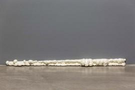 """Köpük"", 2020. Poliüretan köpük. 9 x 170 x 12 cm. İcra, üretim: Habib Bolat, Deniz Gül. Foto: Koray Şentürk"