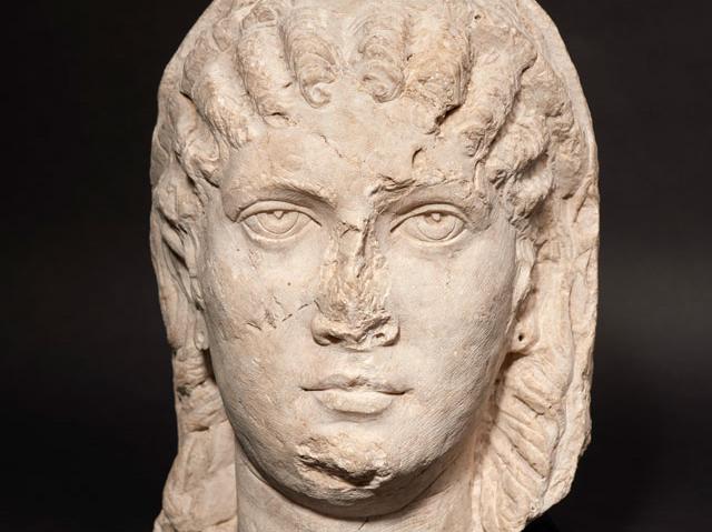 Yaklaşık 1.5 m yüksekliğinde bir kadın heykelinin başı. Roma İmparatorluğu Dönemi, MS 3. yüzyıl (erken Severan dönemi, yak. MS 200-235)