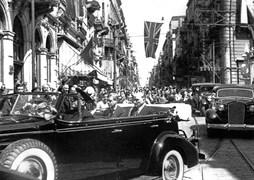 4 Eylül 1936 Cuma günü Cumhurbaşkanı Atatürk ve Kral VIII. Edward, üstü açık bir otomobille Beyoğlu'ndaki İngiltere Büyükelçiliği binasına gidiyorlar.