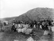 Makridi, Büyük Tapınak'ta işçilere günlük yoklama yapıyor (1907)