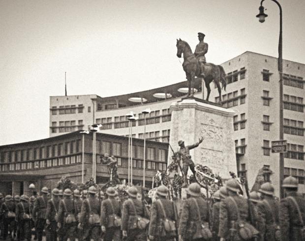 Ulus Meydanı'nda Atatürk'ün cenaze alayı, Ankara, 1938. Yapı Kredi Tarih Arşivi