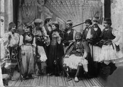 Osmanlı Tiyatrosu, Besa oyununun kadrosu. Ayaktakiler: Ahmet Fehim, Binemeciyan Hanım, Tovmas Fasulyacıyan ve Mari Nvart, oturan: Binemeciyan Efendi