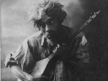 Bedros Mağakyan, Aleksandr Şirvanzade'nin Çar Voki [Kötü Ruh] adlı oyununda, 'Kij [Deli] Taniel' rolünde (1920)