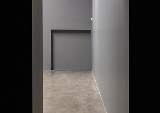 """""""Köşe"""", 2020. 18 mm mdf, aderans artırıcı sentetik reçine dispersiyonlu astar, grenli dış cephe boyası, gri boya. İcra, üretim: Erdal Abiç, Şener Çardak, Deniz Gül. Foto: Koray Şentürk"""