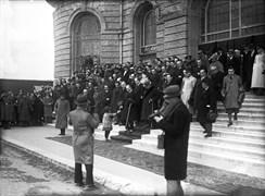 """Mustafa Kemal, 12 Ocak 1932 Salı günü Ankara'dan İstanbul'a sekizinci kez geldi. Saat 10:30'da Mustafa Kemal, Haydarpaşa Garı'ndan çıkarken küçük bir kız çocuğu """"Hoş geldiniz"""" diyerek elini sıktı."""