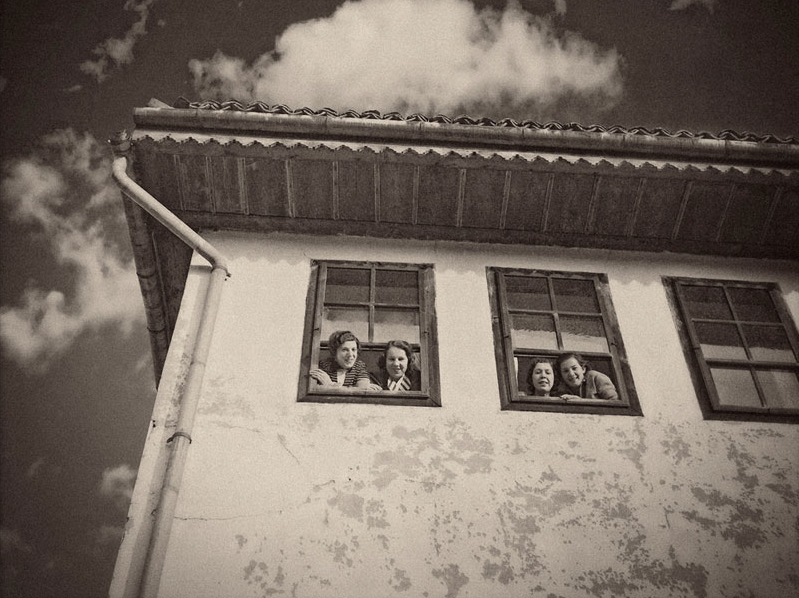 Alija M. Akšamija: Pencerede kızlar, Saraybosna, 1939. Mehmed A. Akšamija Fotoğraf Koleksiyonu