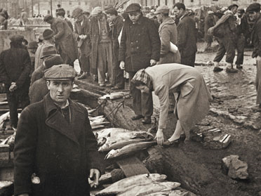 Namık Görgüç/Selahattin Giz: Fishermen beside the new mosque, Istanbul. Yapı Kredi Historical Archive